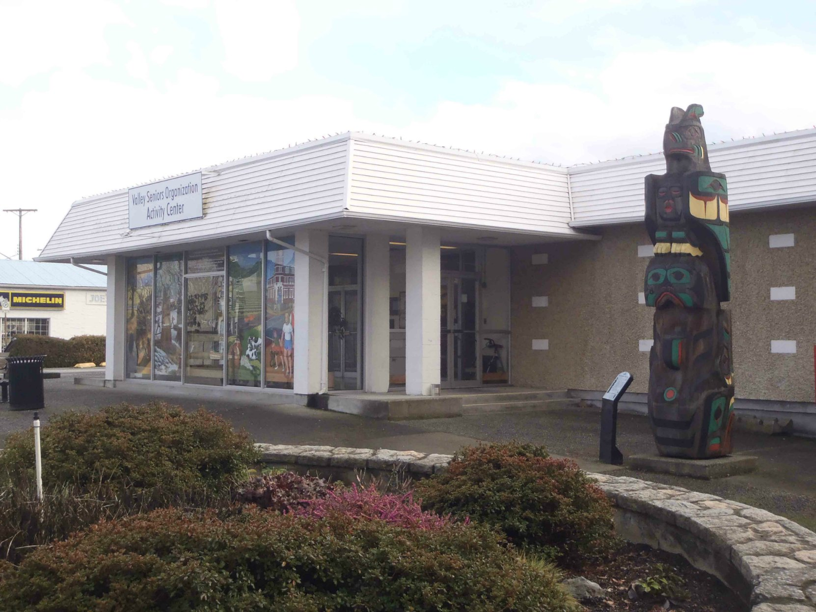 Valley Seniors Organization, Gwa'Yasdams Flood Story totem pole, Government Street